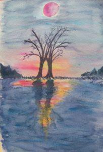 Sonnenuntergang spiegelt sich im Wasser. Im Vordergrund zwei Bäume.