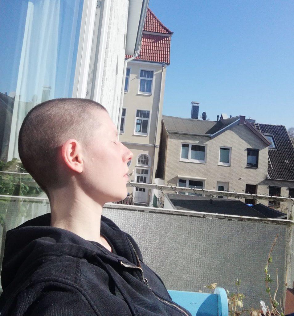 Gesicht sonnen auf dem Balkon